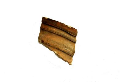 Randfragment van schenkkan in Andenne aardewerk.
