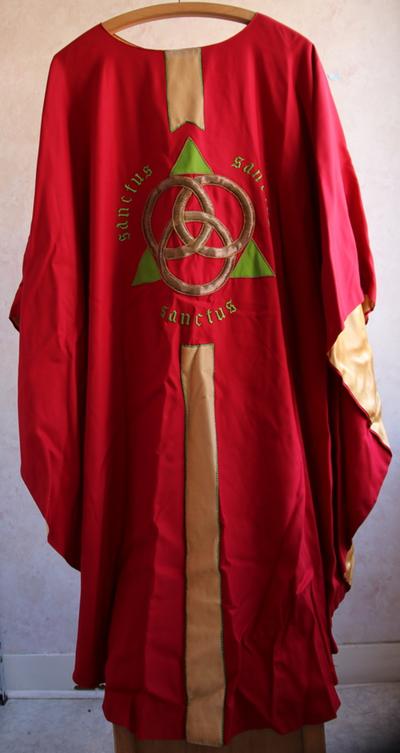 Rode kazuifel met drievuldigheidssymbolen