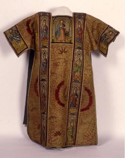 dalmatiek met op de voor- en achterzijde voorstellingen van heiligen en personen uit die tijd