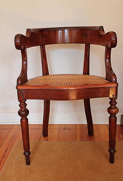 Een stoel met een ronde rugleuning