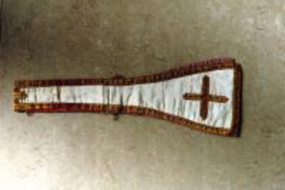 Wit manipel met goudgeborduurd kruis
