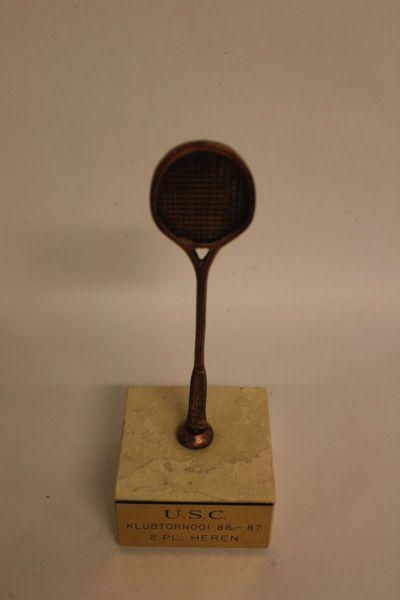 Trofee squash (bronzen racket op marmeren voetje) 'U.S.C. klubtornooi 86-87 2 pl. heren'