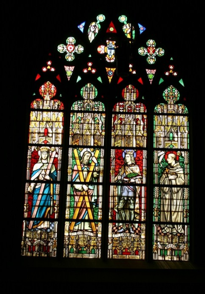 Twee glasramen met de Heiligen Helena, Andries, Ludovicus, Bernardus, Lutgardis, Franciscus , Johannes a cruce en Paulus a Cruce