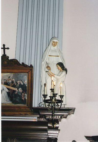 beeld van heilige Anna die Maria leert lezen