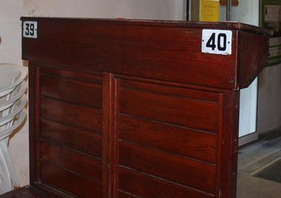Bank in de koperszaal van een veiling