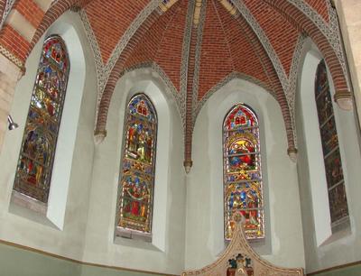Glasramen van de zijkapel