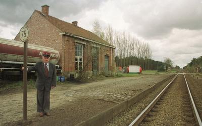 De heer Leon Scheveneels bij Wezel-statie.