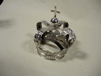 kroon afgesloten met bol en kruis