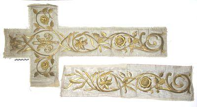 2 losse stukken aurifrisia: kruisvorm met goudkleurige bloemranken op witte damast.