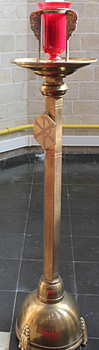 Godslamp op een koperen lofkandelaar