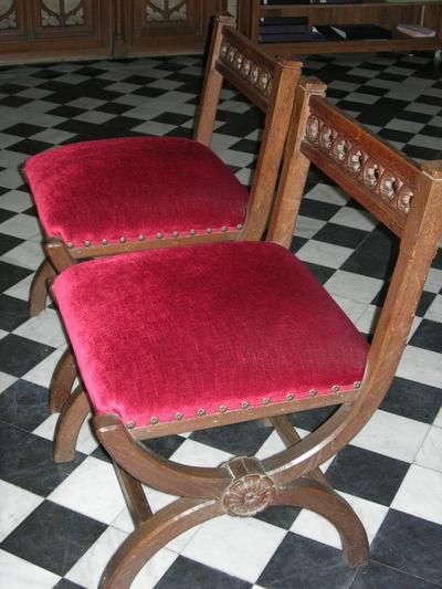 stoelen bij de bidbanken hoogkoor