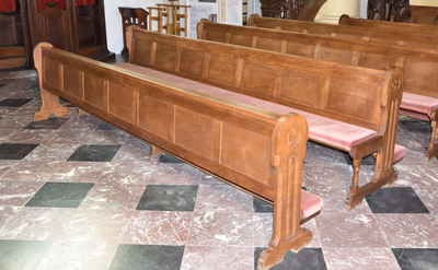 Tweeëntwintig kerkbanken