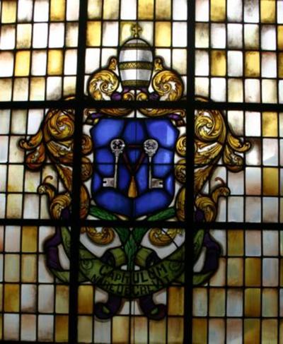 Glasraam met het wapen van het Romeinse kapittel van Sint-Pieter