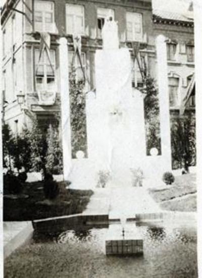 Foto: straatversiering: Een kunststuk Onze-Lieve-Vrouw Virga Jesse ter eere, Botermarkt (Virga Jessefeesten, Hasselt, 1933)