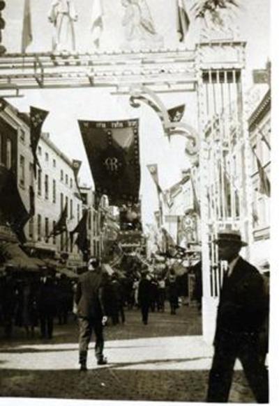 Foto: straatversiering: Onze-Lieve-Vrouw ter engelen, Demerstraat (Virga Jessefeesten, Hasselt, 1933)