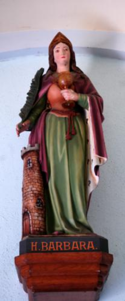 Plaasteren beeld van de Heilige Barbara.