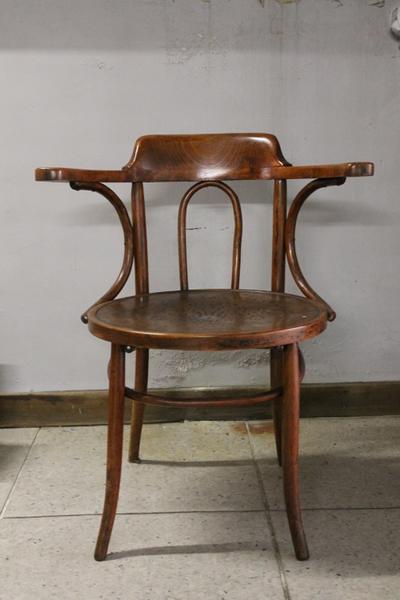Een houten stoel met ronde zit