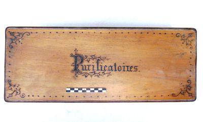 houten doos met opschrift Purificatoires.