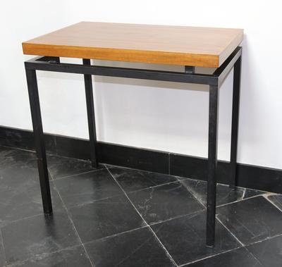 Tafel met houten blad en metalen poten