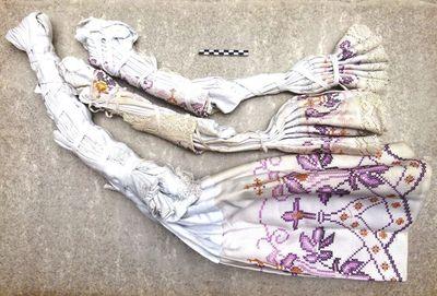 2 kleine en 1 groot koorhemd / albe / rochet in linnen en borduursel