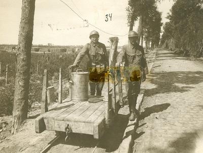 Le ravitaillement des hommes aux Tranchées par le 'Decauville' (juin 1917).