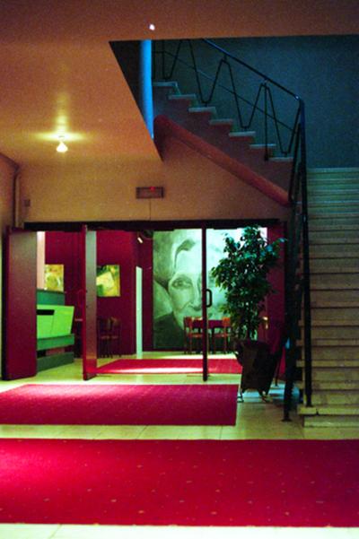 Inkomhal straatkant Theater Corso