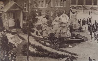 Foto: straatversiering: Onze-Lieve-Vrouw en Sacrament van Mirakel, rot de Schors (Maastrichterstraat) (Virga Jessefeesten, Hasselt, 1919)