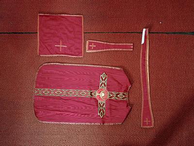 rode moiréezijde: kazuifel, kelkvelum, manipel, stola