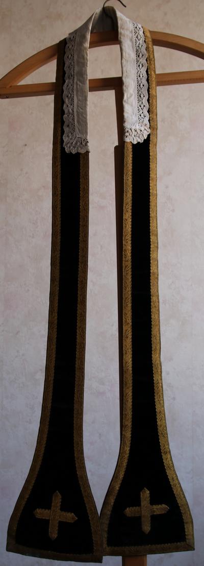 Zwarte stola met kruisje en kraagstuk