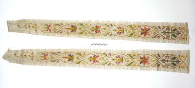 2 losse stukken aurifrisia van 1 stola met roze - paars - geel en groen gekleurde bloemranken op witte damast