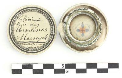 kartonnen doosje - La Renéunde Mère des Ursulines Maeseyck waarin reliek