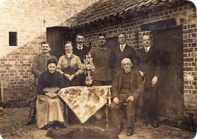 Familiefoto met 2 Duitse soldaten.