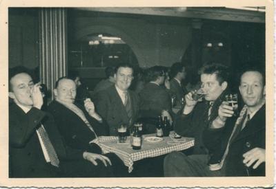 Eugène Teclavers aan een tafeltje met gasten in de Corso