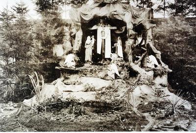Foto: straatversiering: Onze-Lieve-Vrouw en de heilige Theresia van het kindje Jezus, Havermarkt Hasselt (Virga Jessefeesten, Hasselt, 1926)