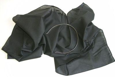 zwarte hoofddoek met houder