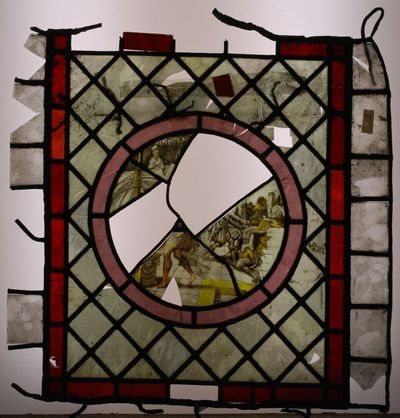 Glas-in-loodraam met fragmenten van de voorstelling van personages en een fabeldier