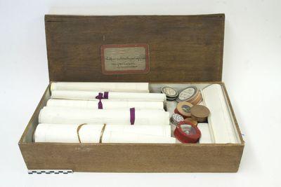 houten doos met 21 bewijsstukken, meerdere losse papieren en verschillende relieken