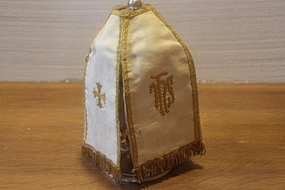 Wit ciborievelum met goudrand
