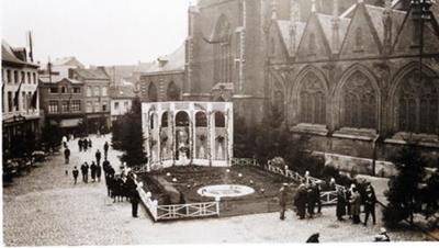 Foto: straatversiering: Verheerlijking van Onze-Lieve-Vrouw, Fruitmarkt (Virga Jessefeesten, Hasselt, 1933)