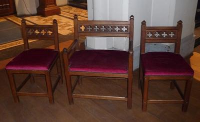 Sedilium, bestaande uit 3 stoelen.
