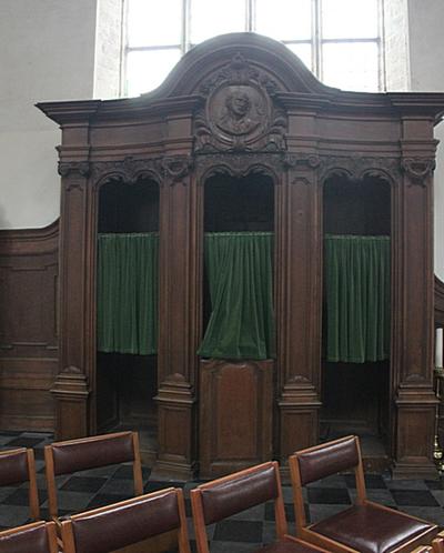 Biechtstoel met Sint-Pieter medaillon