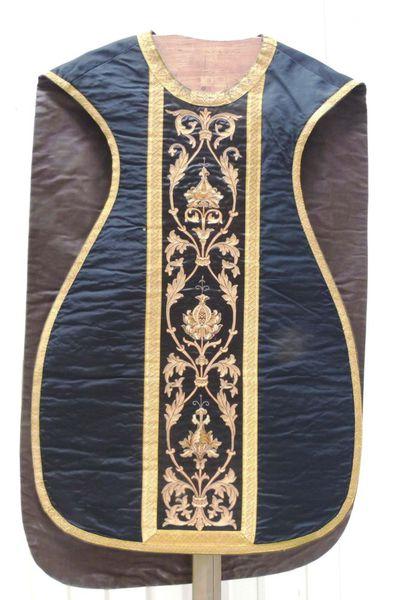 kazuifel in zwarte zijde en satijn, goudbrocaat en -galon en borduursel