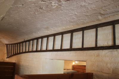 Lange houten ladder om hoogstambomen te plukken