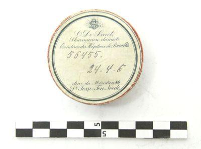 rond doosje met opschrift waarin een reliek in verzilverd koper (St. Ursulae)