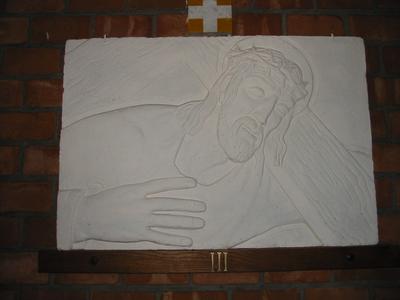 Statie 3- Jezus valt voor de eerste maal onder hjet kruis
