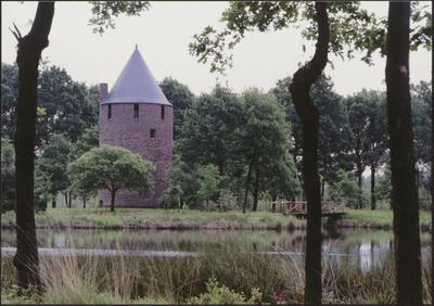 Hamont-Achel. De Tomp. De Tomp in Achel, gebouwd omstreeks 1309, is mogelijk de middeleeuwse vluchttoren van een hoeve of burchtcomplex. Deze vestingtoren werd in 1968 gedeeltelijk gereconstrueerd. Ook de omgeving met gracht, houten pallisade en ophaalbrug werden heropgericht als deel van een primitieve watertorenburcht