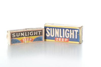 Doos met twee stukken Sunlight zeep