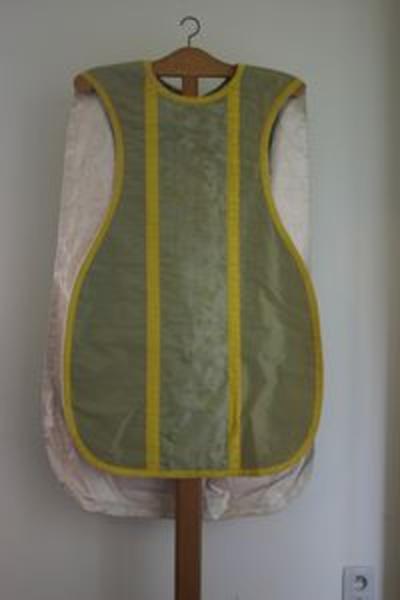 Groen kazuifel met bijhorende stola, manipel en kelkvelum