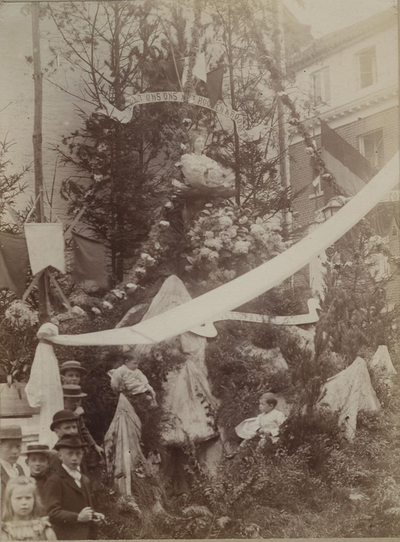 Foto: straatversiering: De mystieke Roos, Houtmarkt (Virga Jessefeesten, Hasselt, 1898)