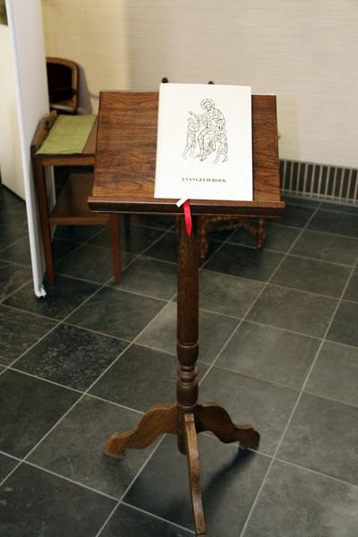 Lezenaar op houten voet